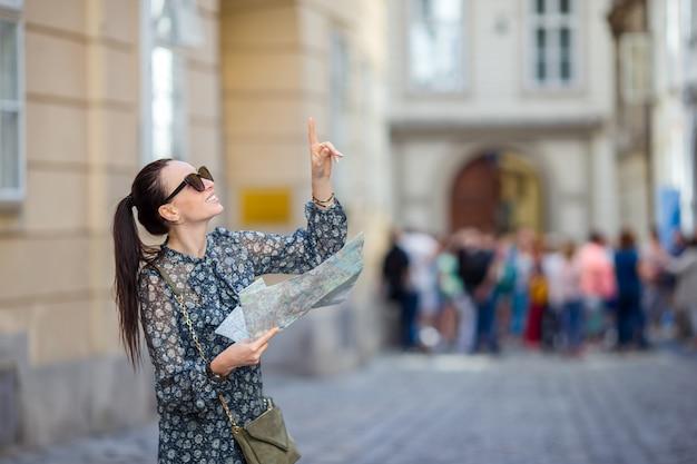 Fille de tourisme voyage avec carte à vienne en plein air pendant les vacances en europe,