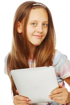 Fille travaillant avec l'ordinateur tablette portable