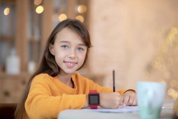 Fille Travaillant Sur Ses Leçons Photo Premium