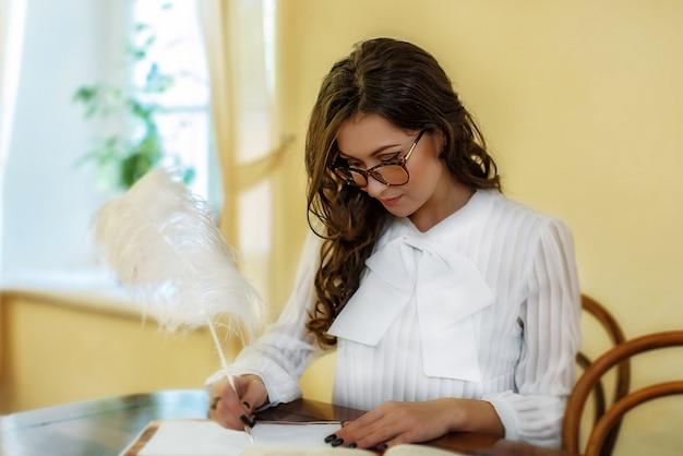 La fille travaille dans la bibliothèque historique