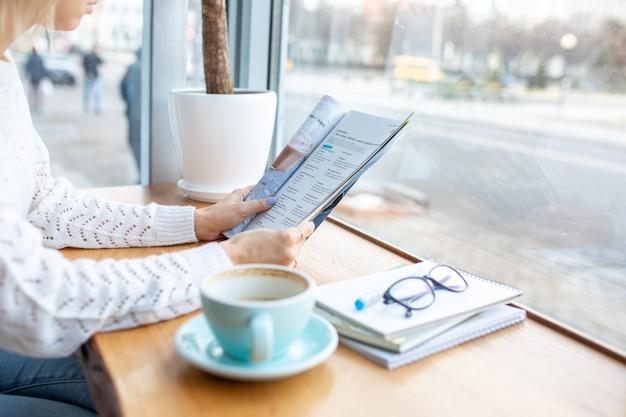 La fille travaille à la maison à l'ordinateur avec du caféla fille travaille à la maison avec un ordinateur portabletravailler dans