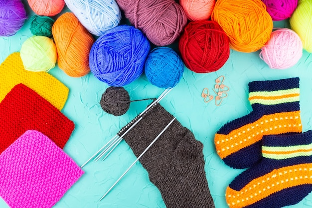 Fille tricote des aiguilles à tricoter