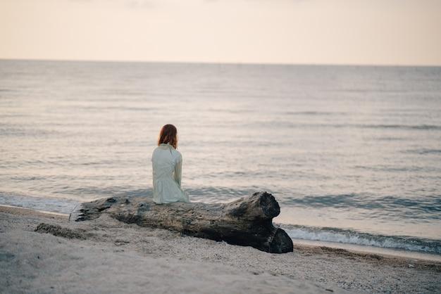 Fille triste au bord de la mer
