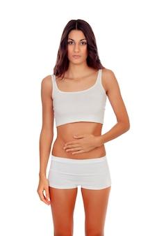 Fille triste en sous-vêtements blancs avec ses mains sur son ventre