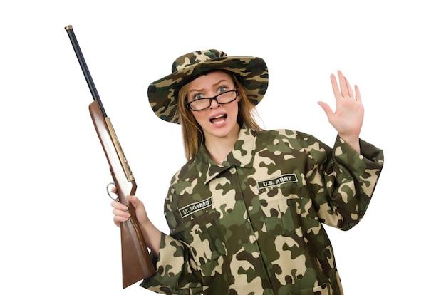 Fille en uniforme militaire tenant le fusil isolé sur blanc