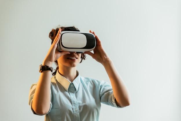 Fille utilisant des lunettes de réalité virtuelle au bureau
