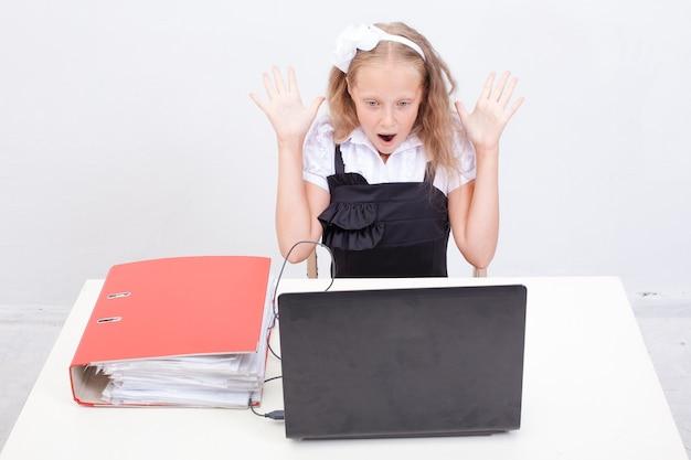Fille utilisant son ordinateur portable