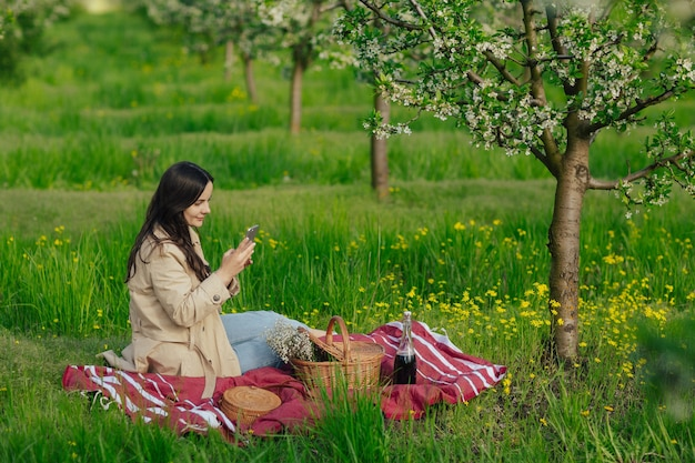 Fille utilise un smartphone au parc