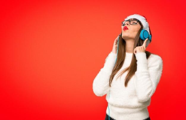 Fille avec les vacances de noël, écouter de la musique avec des écouteurs