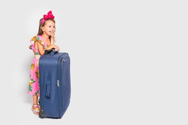 Fille avec valise