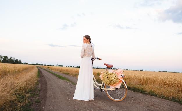 Fille sur un vélo dans le domaine