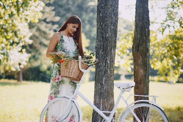 Fille avec un vélo