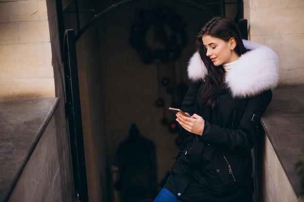 Fille en veste de fourrure, parler au téléphone à l'extérieur
