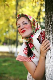 Fille de vêtements traditionnels russes