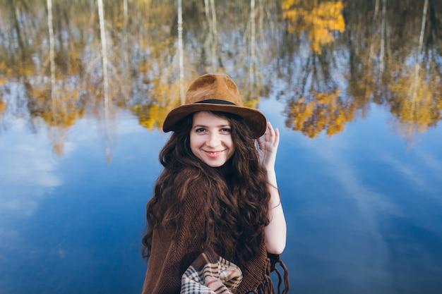 Fille sur un vieux pont en bois sur un lac