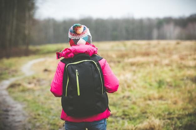 Fille de voyageur avec un sac à dos