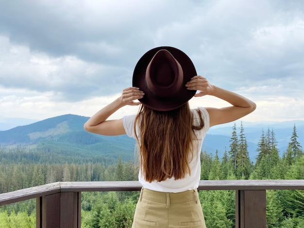 Fille à la vue panoramique sur les montagnes des carpates, dragobrat, ukraine