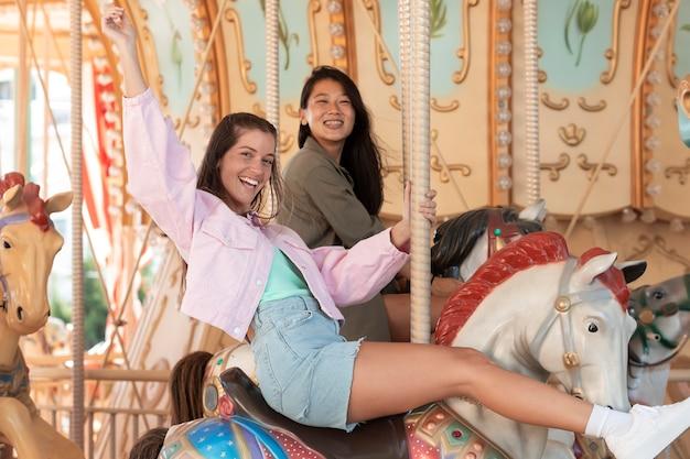 Filles adolescentes s'amusant en été