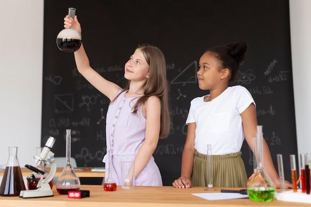 Les filles apprennent plus sur la chimie en classe