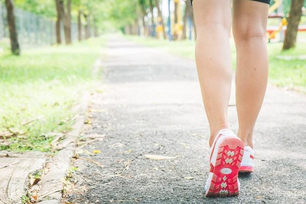 Les filles asiatiques font du jogging pour faire de l'exercice le matin.