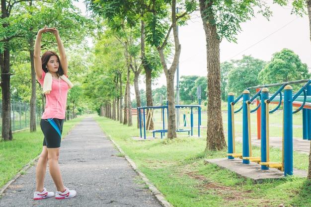 Les filles asiatiques réchauffent le corps avant l'exercice.