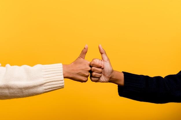 Filles asiatiques se tenant la main exprimant la sincérité et la solidarité les unes avec les autres. travail d'équipe de confiance mutuelle