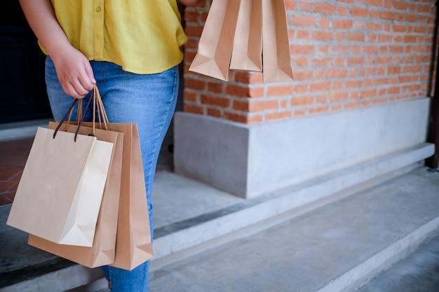 Filles asiatiques tenant des sacs de vente. concept de mode de vie de consommation dans le centre commercial.