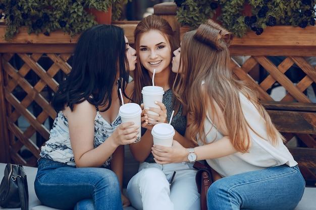 Les filles au café