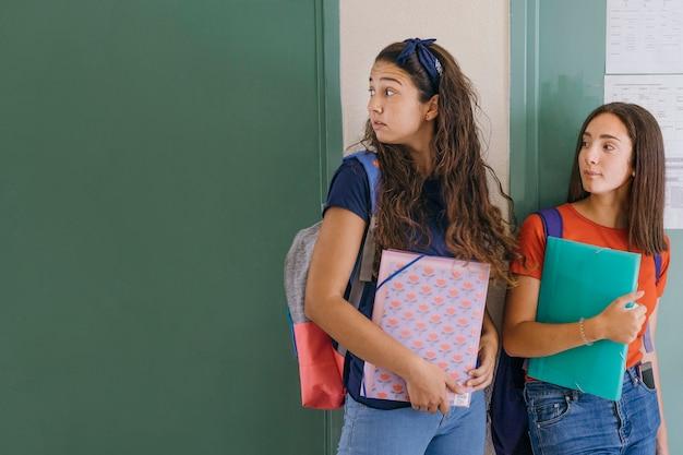 Les filles au premier jour de l'école