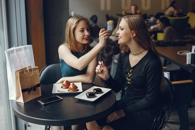 Filles au restaurant