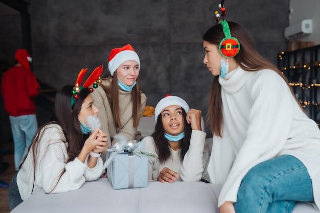 Des filles bavardent à la maison le soir du nouvel an