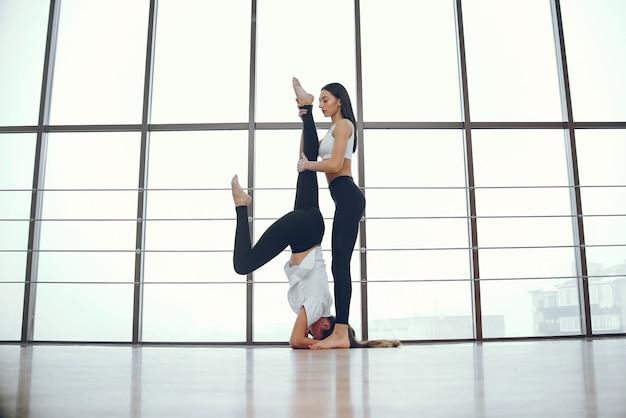 Filles belles et élégantes faire du yoga