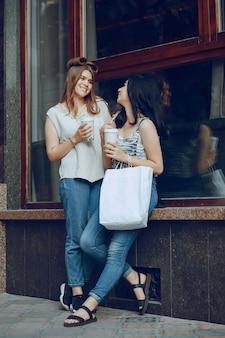 Les filles avec le café
