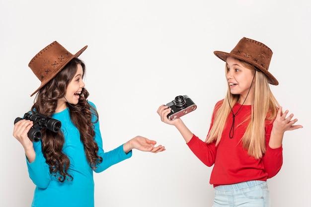 Filles avec chapeau et appareil photo