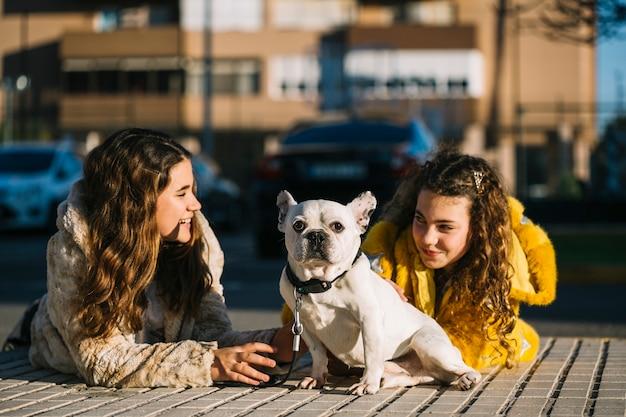 Filles avec un chien dans la rue
