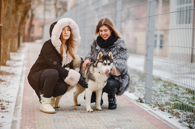 Filles avec chien