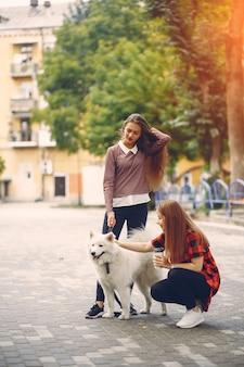 Filles avec un chien