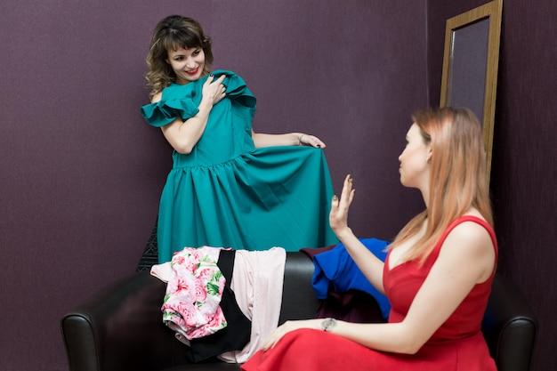Les filles choisissent une robe dans le dressing.