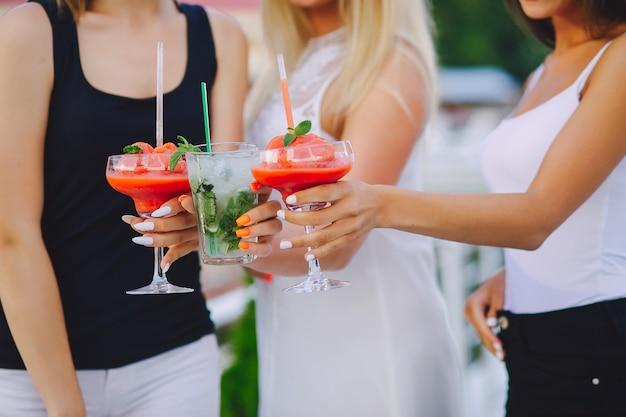 Filles avec des cocktails
