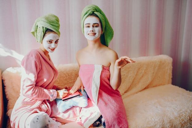 Filles avec cosmétique