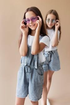 Filles de coup moyen portant des lunettes