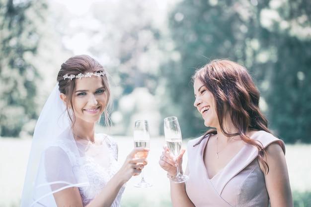 Filles avec coupes de champagne