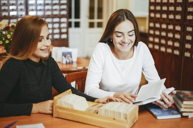 Les filles dans la bibliothèque