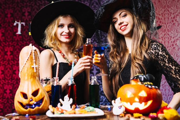 Les filles dans les chapeaux de sorcellerie