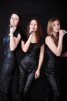 Les filles dans un karaoké
