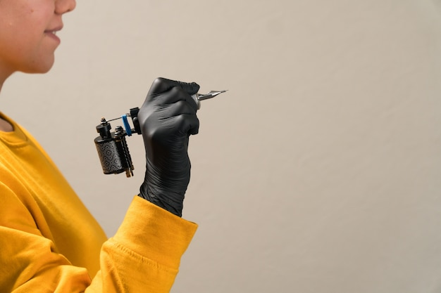Filles dans les mains noir machine à tatouer permanente