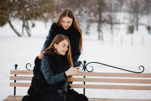 Filles dans un parc d'hiver