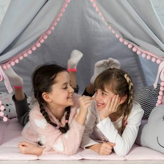 Filles dans la tente