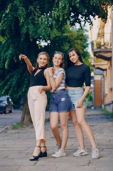 Filles dans la ville