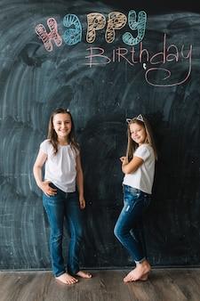 Filles, debout, près, joyeux anniversaire, écriture
